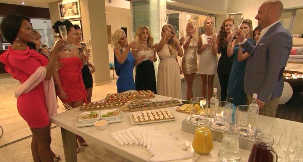 Christian begrüßt die Ladies zur dritten Nacht der Rosen.