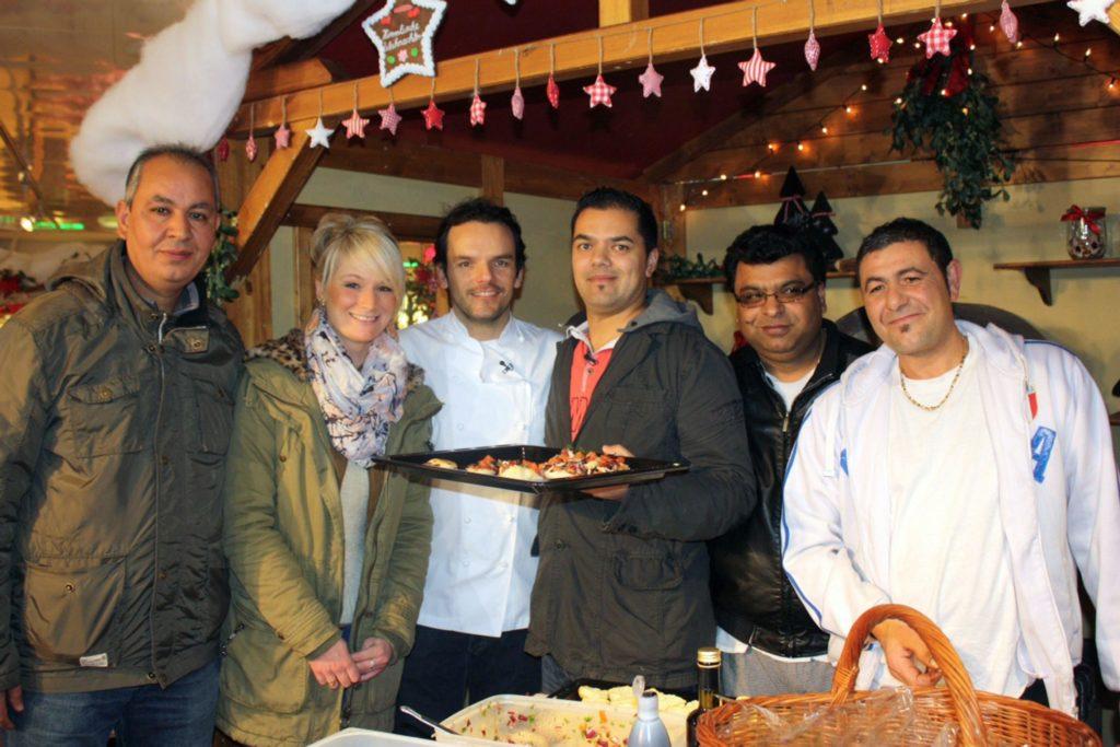 """Restauranttester Steffen Henssler (3.v.l.) mit den Betreibern des Restaurants """"Piccolino"""", Christina und Victor Gill (3.v.r.), und deren Team."""