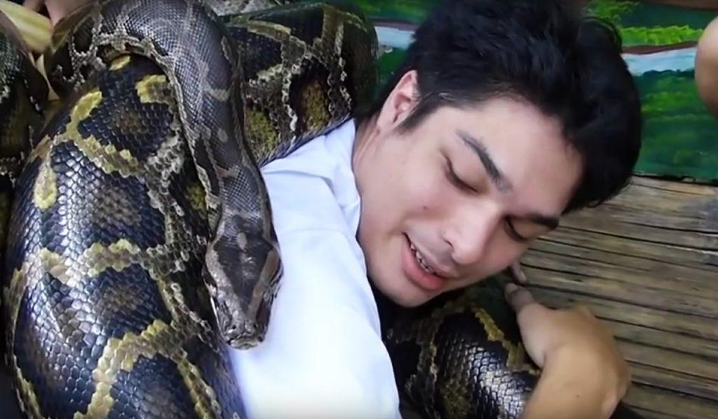 Die Philippinnen sind ein beliebtes Touristenziel. Und wenn man dort mal so richtig entspannen will, kann man sich hier von bis zu 250kg schweren Pythons massieren lassen.