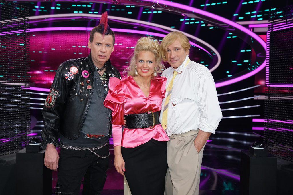 """Moderatorin Barbara Schöneberger mit """"Punker"""" Günther Jauch (l.) und """"Popper"""" Thomas Gottschalk"""