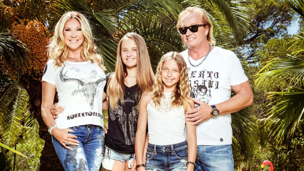 Carmen und Robert Geiss mit den Töchtern Davina (2.v.li.) und Shania (2.v.re.)