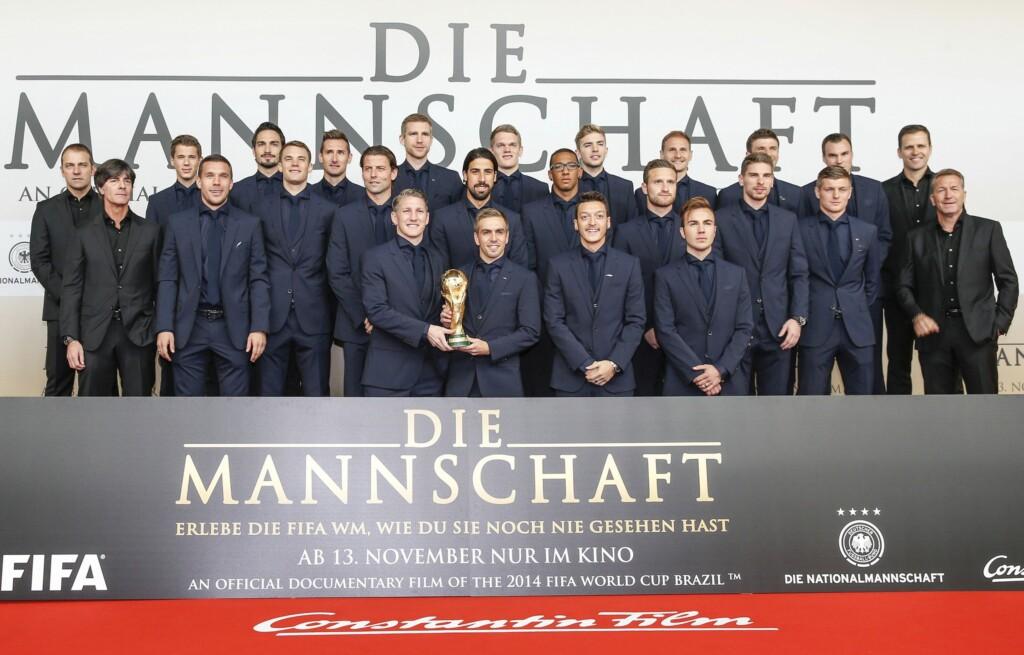 """Gruppenfoto """"Die Mannschaft"""" bei der Filmpremiere am 10. November 2014 im Sonycenter in Berlin."""