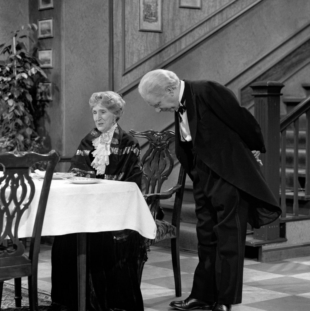 "Miss Sophie antwortet stets:"" Same procedure as every year, James!"" May Warden als Miss Sophie und Freddie Frinton als Butler James."