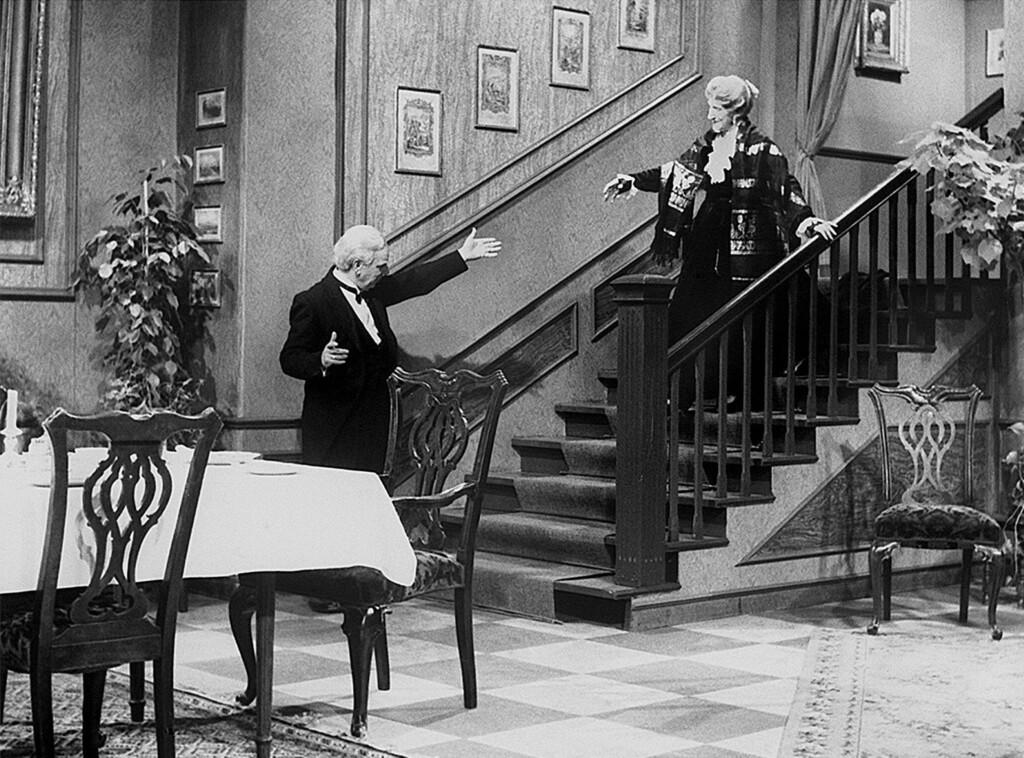 Jedes Jahr die gleiche Prozedur: Der Butler James (Freddie Frinton) geleitet Miss Sophie (May Warden) zum Dinner.