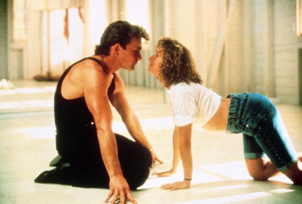 Das 17-jährige Mauerblümchen Frances (Jennifer Grey) lernt in einer Hotelanlage den Tanzlehrer Johnny (Patrick Swayze) kennen und kommt ihm beim Tanzen immer näher.