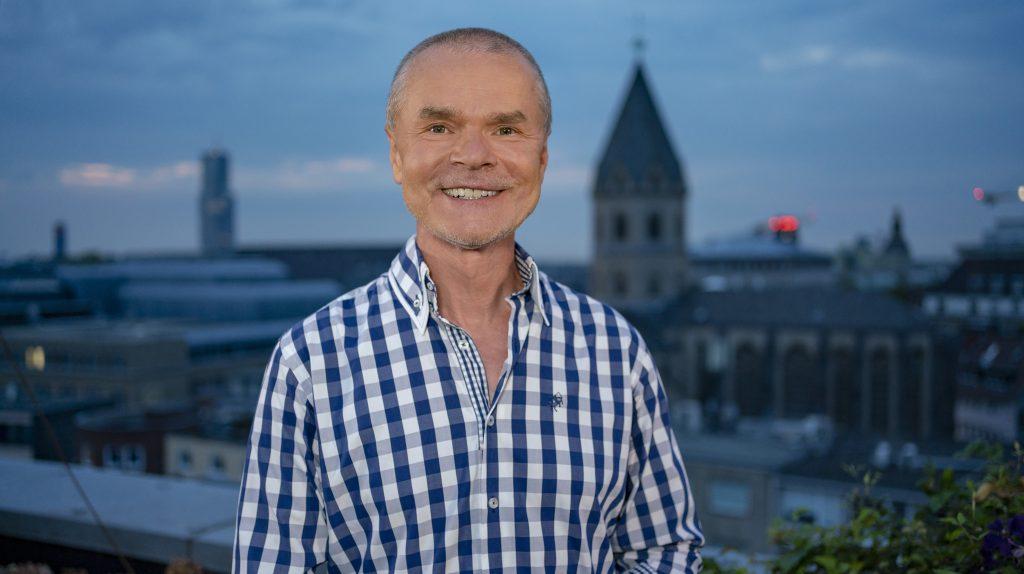 Jürgen Domian kennt weder die Gäste noch die Themen, die sie in seine Sendung mitbringen.