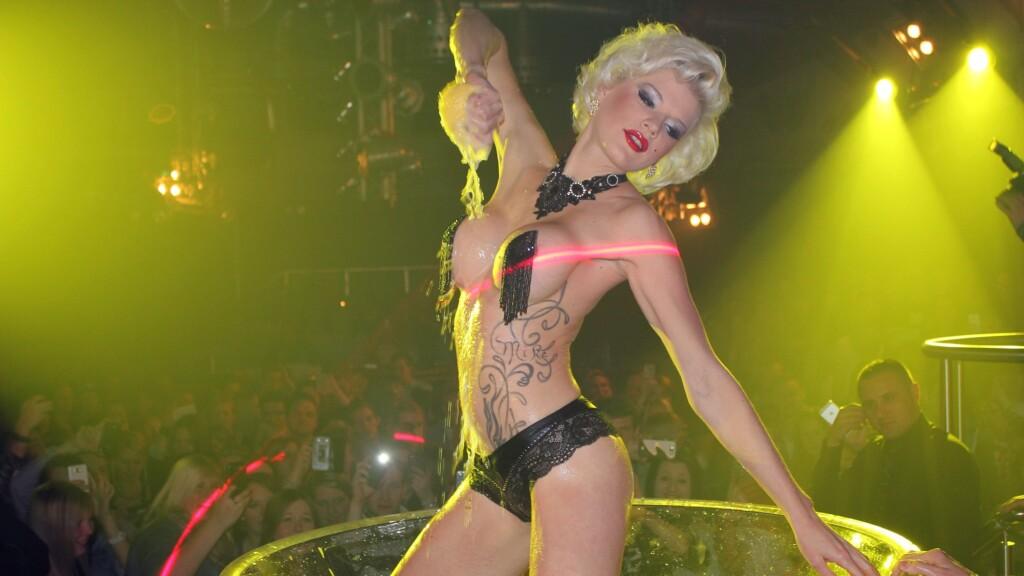 Dschungelkönigin und Erotikstar Melanie Müller während einer Show