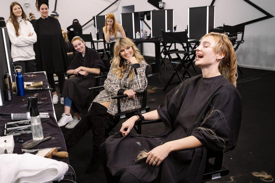 Stardesigner Christian Cowan sorgt für Glamour auf dem Laufsteg und nimmt als Gastjuror neben Heidi Klum Platz.