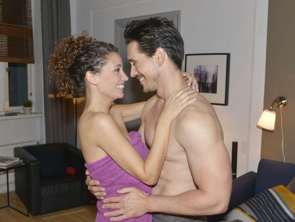Ayla (Nadine Menz) will zuversichtlich an eine gemeinsame Zukunft mit David (Philipp Christopher) glauben.