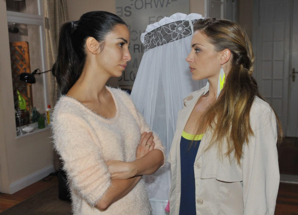 Emily (Anne Menden, r.) versucht sich mit Ayla (Sila Sahin) zu vertragen, um Kate weiterhin sehen zu dürfen.