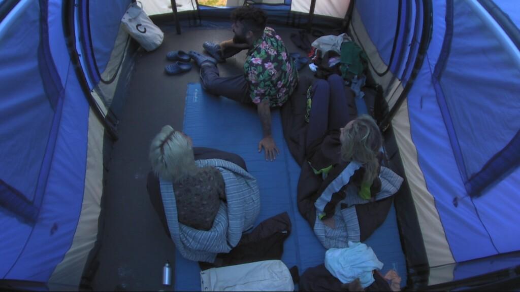 Lästerrunde im blauen Zelt.