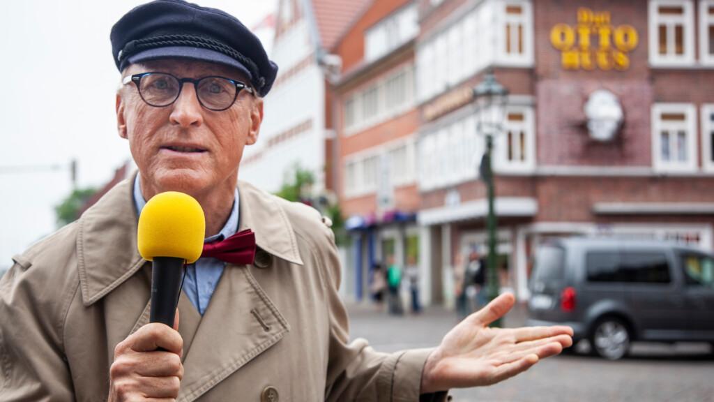 """""""Geheimakte Otto Waalkes - Harry Hirsch auf Spurensuche"""": Harry Hirsch (Otto Waalkes) vor """"Dat Otto Huus"""" in Emden."""