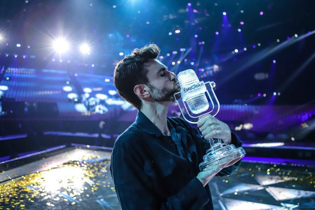 Gewinner Duncan Laurence küsst die Trophäe