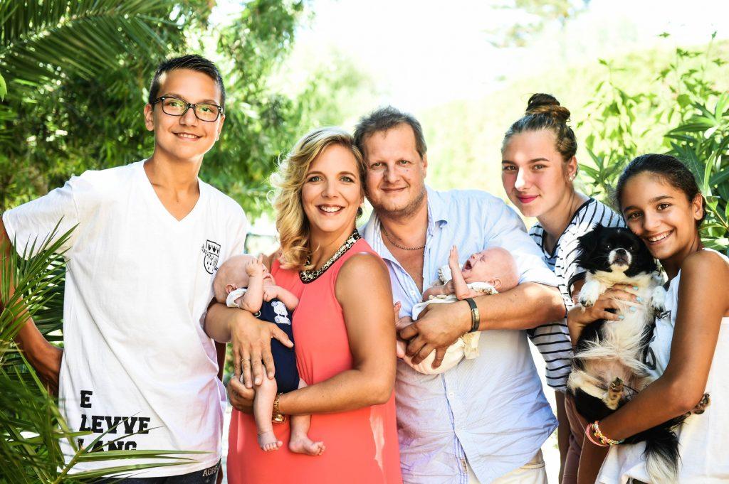 """Mallorca 2016, v.l.: Volkan, Daniela mit Diego, Jens mit Jenna, Joelina-Shirin und Jada mit Hund """"Gina"""""""