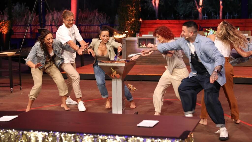 Rúrik Gislason (2.v.l), Sammy Amara (2.v.r.) und die No Angels (v.l.) Jessica, Nadja, Lucy und Sandy