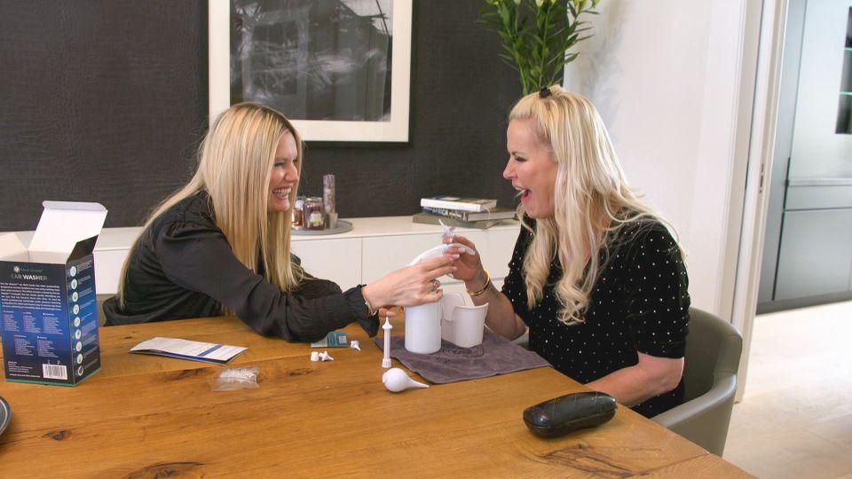 """Anna Heesch und Mirja du Mont (l.) testen das """"Ear Washer - Professional Earwax Removal Kit""""."""