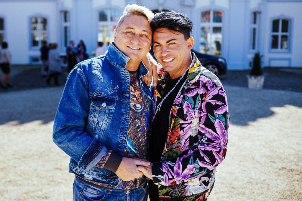 Hubert Fella (l.) und Matthias Mangiapane planen ihre Hochzeit, wie sollte es anders sein, bunt, schrill und laut.