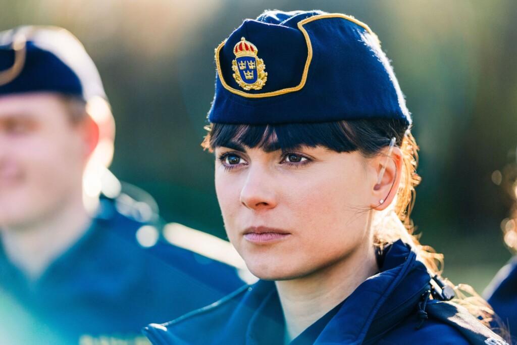 Die Polizeianwärterin Katarina Huss (Karin Franz Körlof) blickt zuversichtlich auf ihre beruflichen Aussichten.
