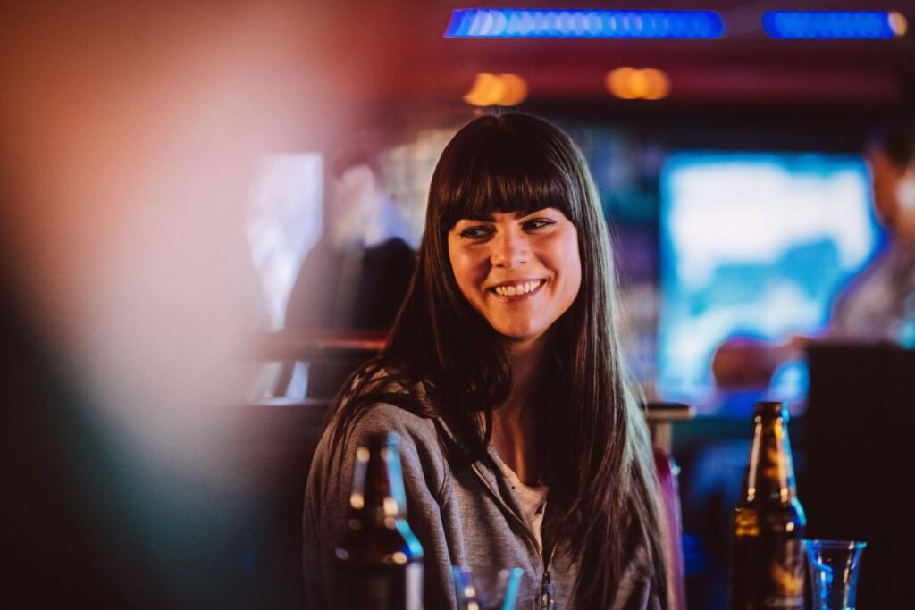 Katarina Huss (Karin Franz Körlof) gefällt es, mit ihren Kollegen abends in einer Bar zu sitzen.