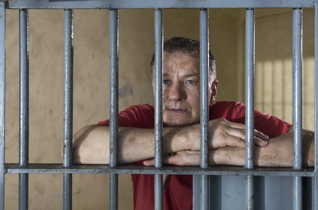 Während sein Sohn in Leipzig in Lebensgefahr schwebt, sitzt Dr. Roland Heilmann (Thomas Rühmann, re.) im thailändischen Gefängnis.