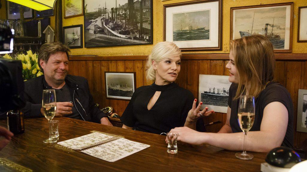 Gastgeberin Ina Müller begrüßt im Schellfischposten in dieser Sendung: Den Politiker Robert Habeck und die Kabarettistin Hazel Brugger, sowie den Sänger The White Buffalo und die Sängerin Shannon Shaw.