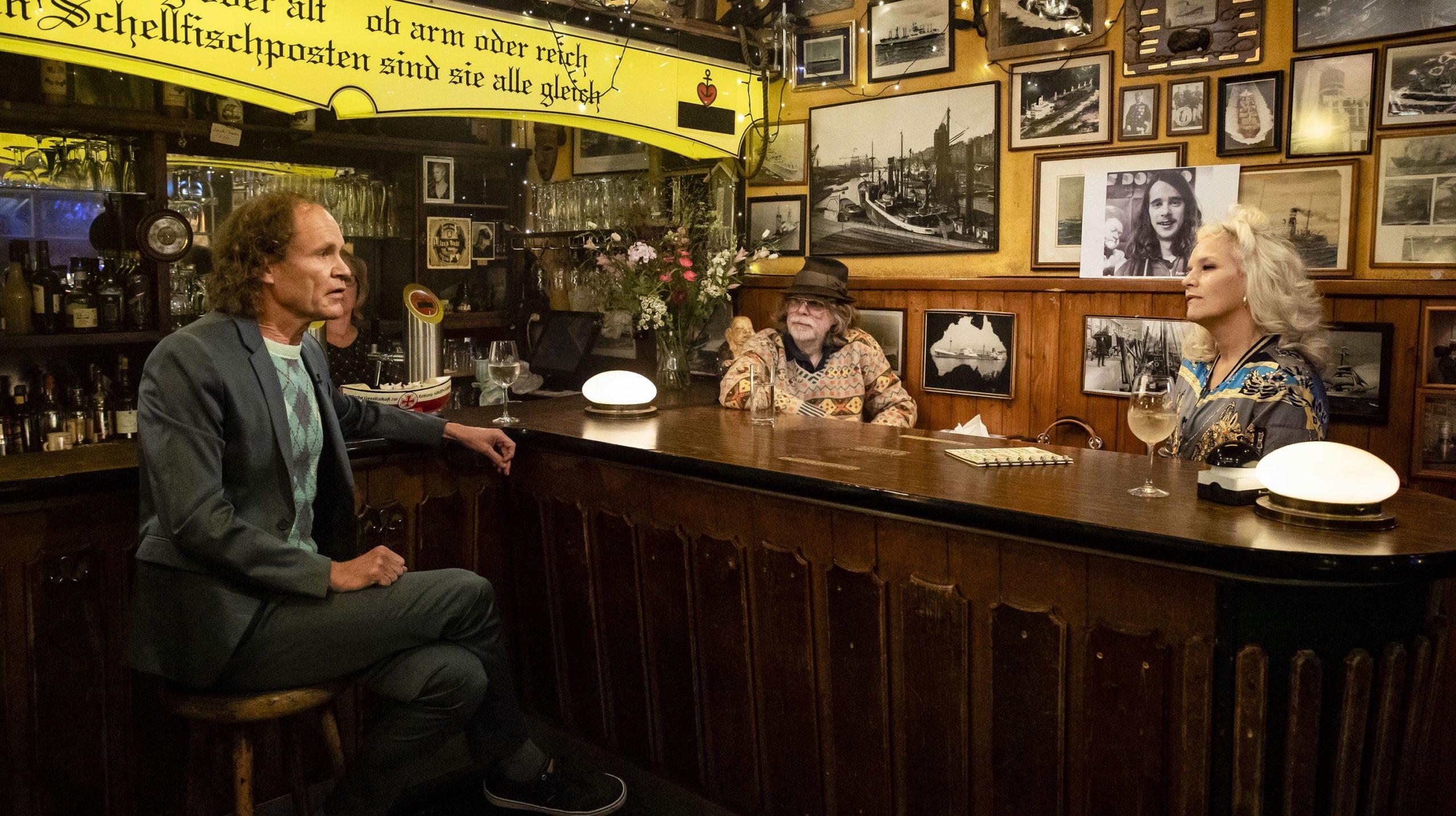 Gastgeberin Ina Müller begrüßt im Schellfischposten in dieser Sendung den Musiker Helge Schneider und den Komiker Olaf Schubert.