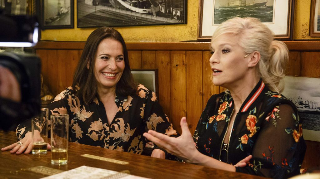Gastgeberin Ina Müller begrüßt im Schellfischposten in dieser Sendung: Die TV-Moderatorin Anne Will und den Schauspieler Lars Eidinger, sowie den Sänger Lewis Capaldi und die Band Erdmöbel.