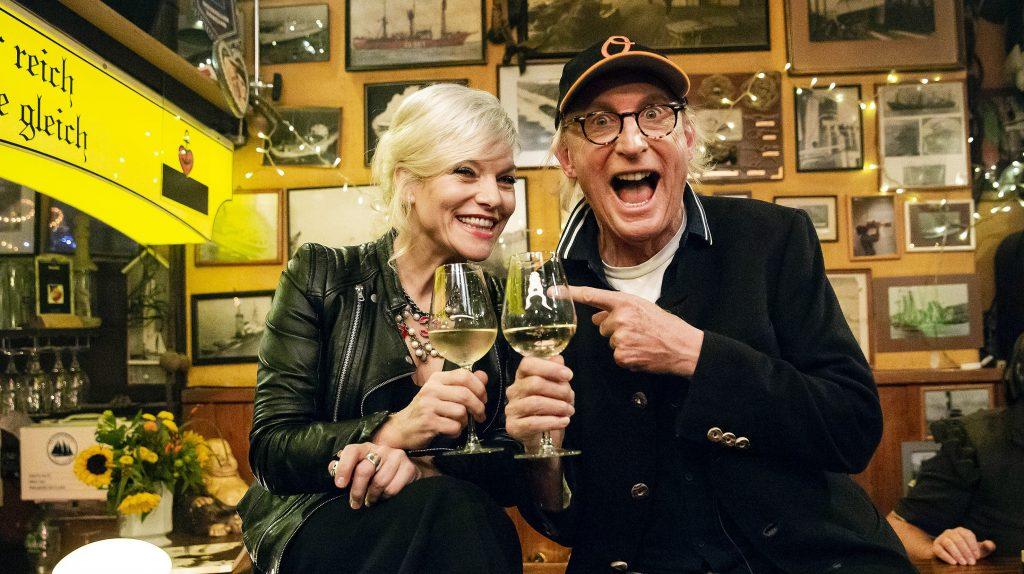 Gastgeberin Ina Müller begrüßt im Schellfischposten in dieser Sendung: Den Komiker Otto Waalkes, die Journalistin Katrin Bauerfeind und den Sänger George Ezra mit Band.
