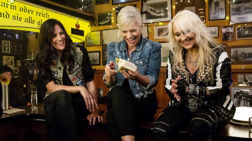 Gastgeberin Ina Müller begrüßt im Schellfischposten in dieser Sendung: Die Schauspielerin Bettina Zimmermann, den Sänger und TV-Moderator Fynn Kliemann und die Sängerin Doro Pesch, sowie den Sänger Bosse.