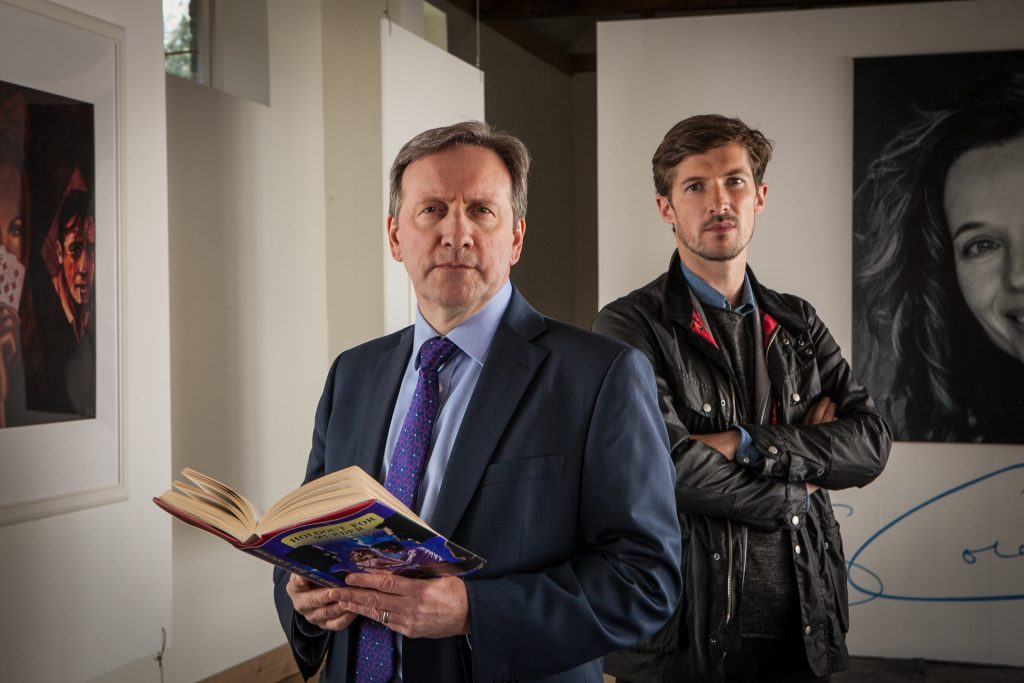 Barnaby (Neil Dudgeon, l.) und Nelson (Gwilym Lee, r.) besuchen die Ausstellung eines Mordopfers.