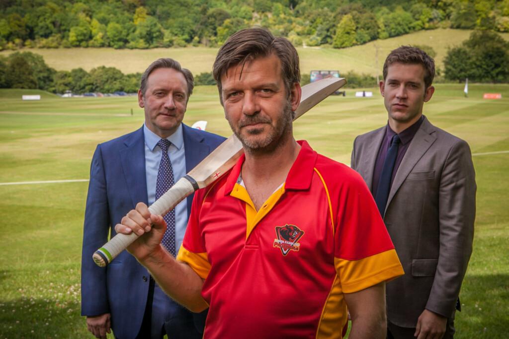 Ein Mord bei einem Cricket-Turnier bringt für DCI John Barnaby (Neil Dudgeon, l.) ein unverhofftes Wiedersehen mit seinem ehemaligen Assistenten Ben Jones (Jason Hughes, M.).
