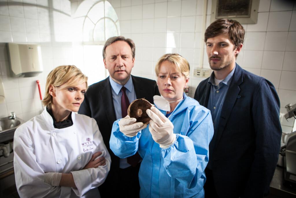 Restaurantbesitzerin Ruth Cameron (Charon Small, l.) ist unangenehm berührt: Dr. Kate Wilding (Tamzin Malleson, M.) zeigt DCI John Barnaby (Neil Dudgeon, z.v.l.) und DS Charlie Nelson (Gwilym Lee, r.) Giftiges in der Küche.
