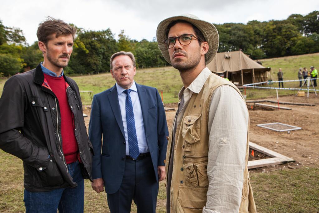 DS Nelson (Gwilym Lee) und DCI Barnaby (Neil Dudgeon) fragen sich, ob Grabungsassistent Dexter Ingram (Stefano Braschi) so ahnungslos ist, wie er sich gibt.