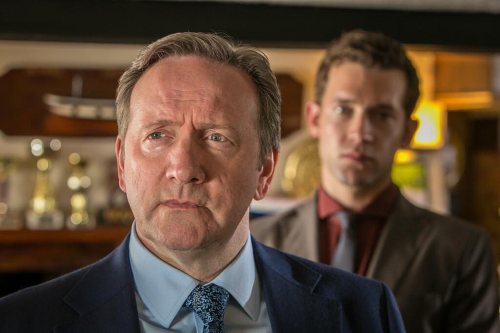 Inspector Barnaby (Neil Dudgeon) und Jamie Winter (Nick Hendrix) recherchieren im Dorfpub. Immer eine reichlich sprudelnde Informationsquelle.
