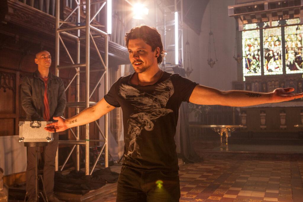 Der Illusionskünstler Gideon Latimer (Andrew-Lee Potts) gibt eine Vorstellung in der Dorfkirche.