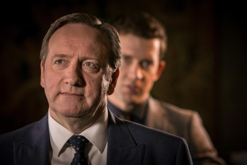 DCI John Barnaby (Neil Dudgeon, l.) und sein Assistent DS Jamie Winter (Nick Hendrix) ermitteln in einer kleinen Brauerei in Causton Abbey. Hier wurde die Leiche eines Mannes in einem Braukessel gefunden. Selbstredend will es niemand gewesen sein.