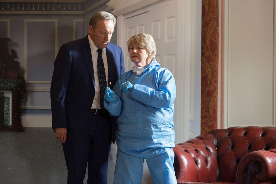 DCI John Barnaby (Neil Dudgeon) und Rechtsmedizinerin Fleur Perkins (Annette Badland) stehen vor einem Rätsel: Wie konnte jemand unerkannt in einem Raum voller Menschen einen tödlichen Schuss abgeben?