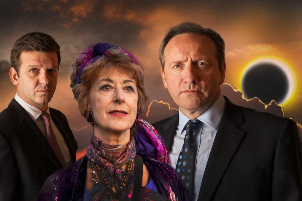 Sergeant Ben Jones (Jason Hughes, l.) und Inspector Barnaby (Neil Dudgeon, r.) glauben der Wahrsagerin Mags Dormer (Maureen Lipman, M.) nicht, einen Mord voraussehen zu können.