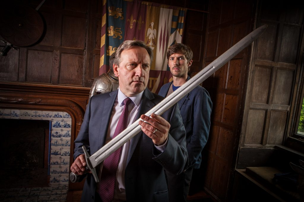 """""""Haben die Geister mit echten Schwertern gekämpft?"""", fragen sich Chief Inspector John Barnaby (Neil Dudgeon ,l.) und DS Charlie Nelson (Gwilym Lee)."""
