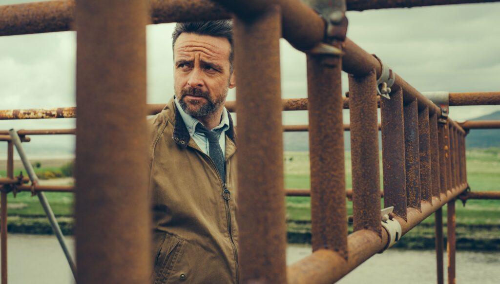 Um einen Mord aufzuklären, muss Inspector Tom Mathias (Richard Harrington) einen alten Fall aufrollen.