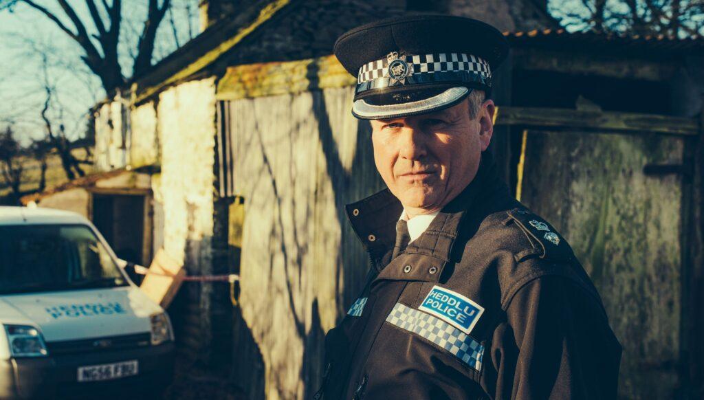 Polizeichef Brian Prosser (Aneirin Hughes) lässt nach dem flüchtigen Daniel fahnden.