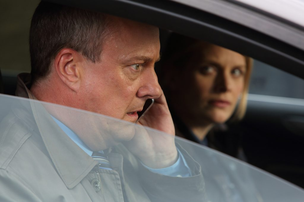 DCI Banks (Stephen Tompkinson) und DS Annie Cabot (Andrea Lowe) haben kurzzeitig die Spur eines Verdächtigen verloren.