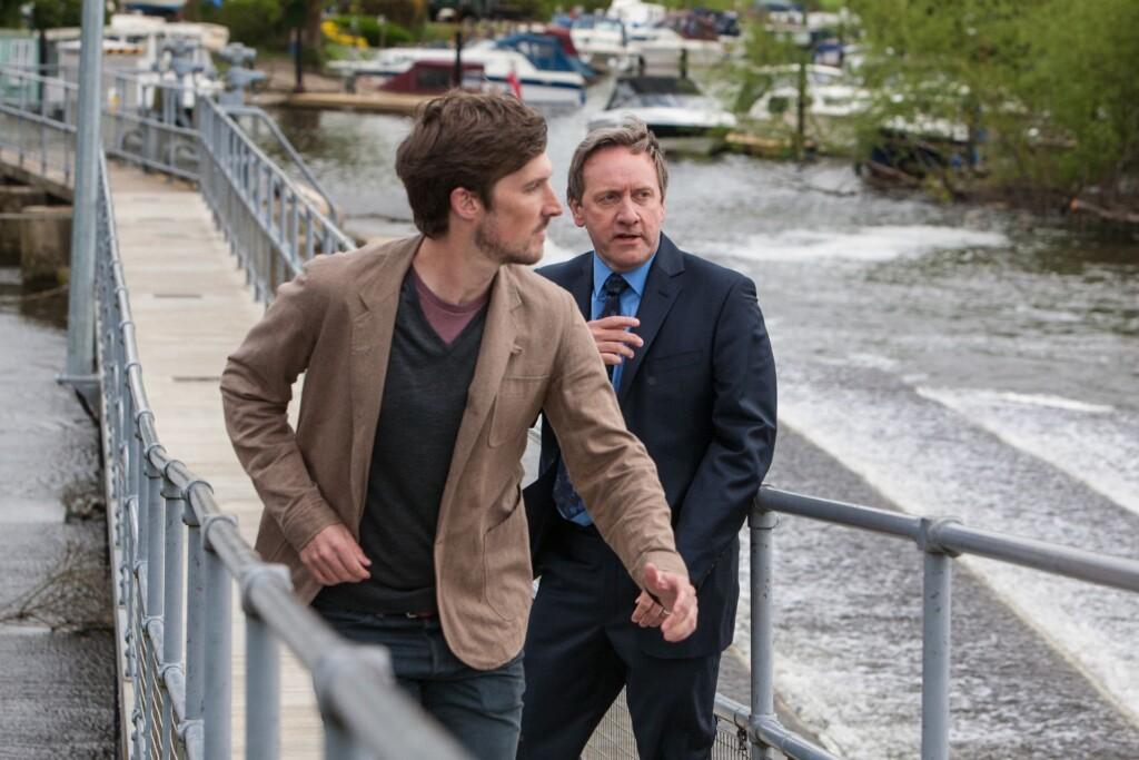 DCI John Barnaby (Neil Dudgeon,r.) entdeckt einen Verdächtigen am Tatort und DS Charlie Nelson (Gwilym Lee,l.) wird ihn verfolgen.