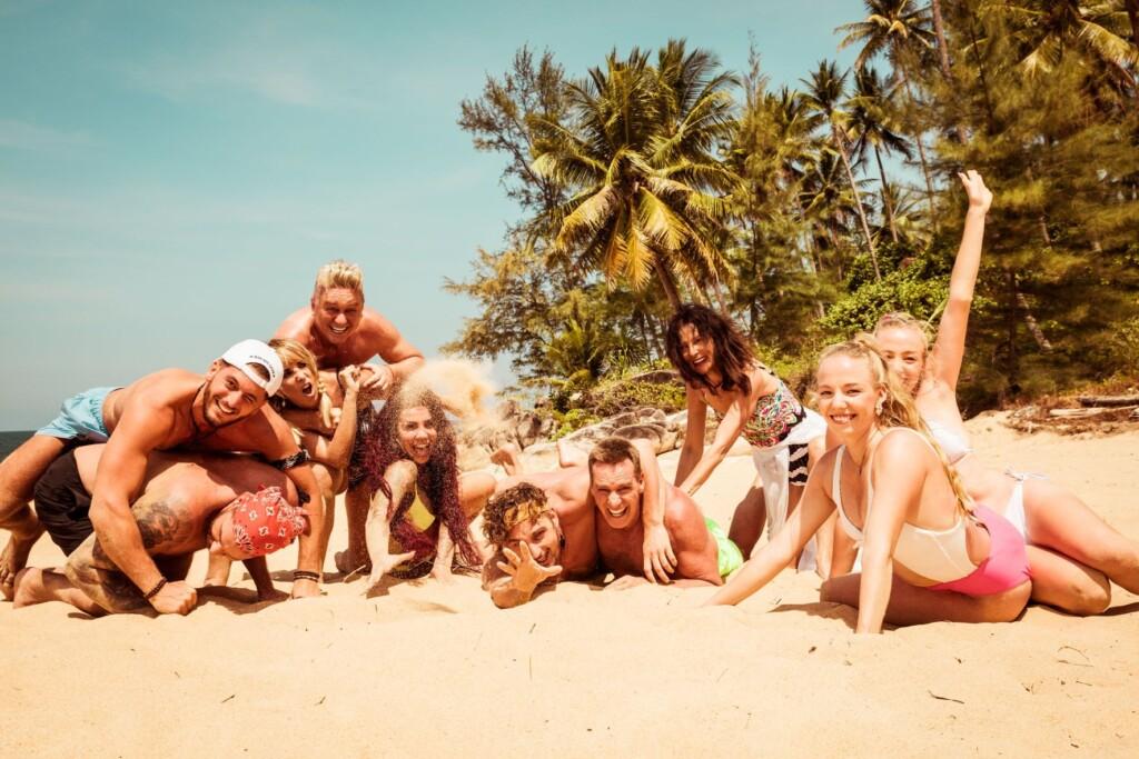 """Ab dem 22. Juli heißt es: Glänzen, Schwitzen und Bangen im Paradies, denn RTLZWEI entführt die Zuschauer mit """"Kampf der Realitystars - Schiffbruch am Traumstrand"""" nach Thailand!"""