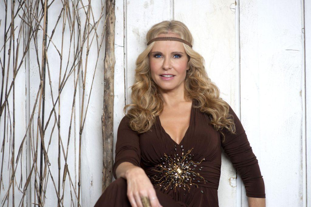 Katja Burkard moderiert das Mittagsmagazin 'Punkt 12' bei RTL