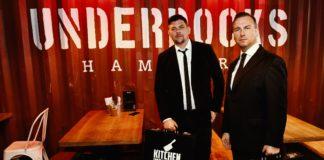Tim Mälzer (l.) und Tim Raue treffen sich zur Flaggenübergabe in der Bullerei in Hamburg.