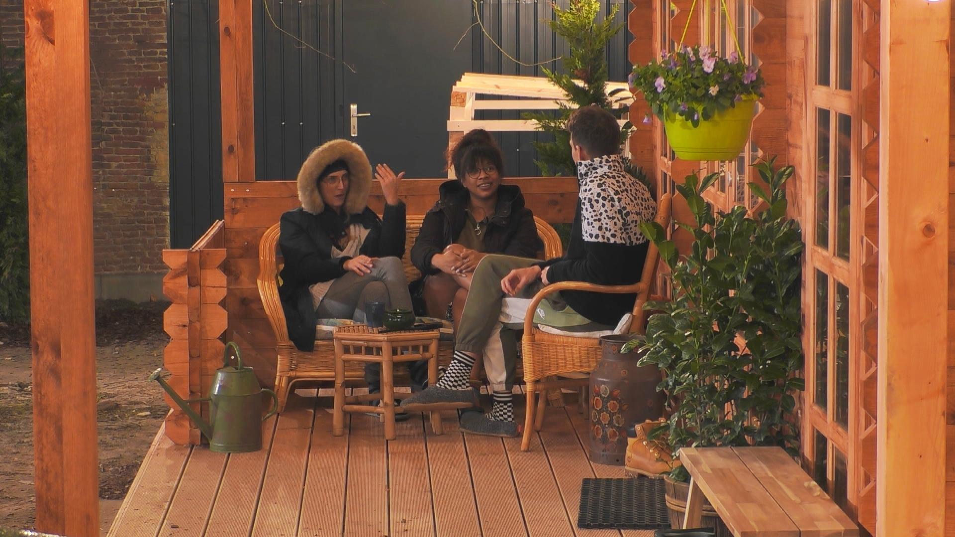 Die Bewohner aus dem Glashaus und Blockhaus treffen sich am geöffneten Zaun.