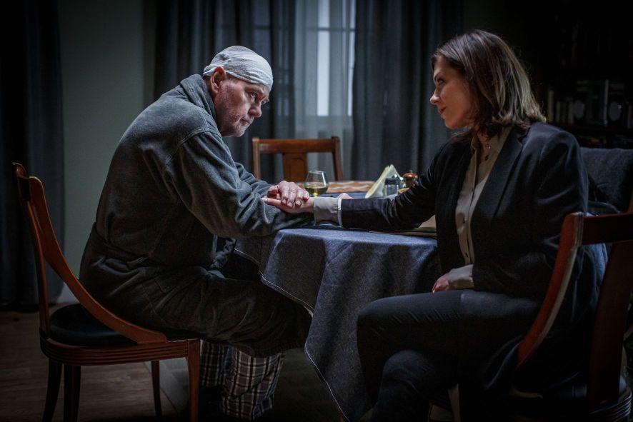 Martin Beck (Peter Haber) beichtet Alexandra Beijer (Jennie Silfverhjelm), dass er bislang verschwiegen habe, dass der Gehirntumor nicht ganz entfernt werden konnte.