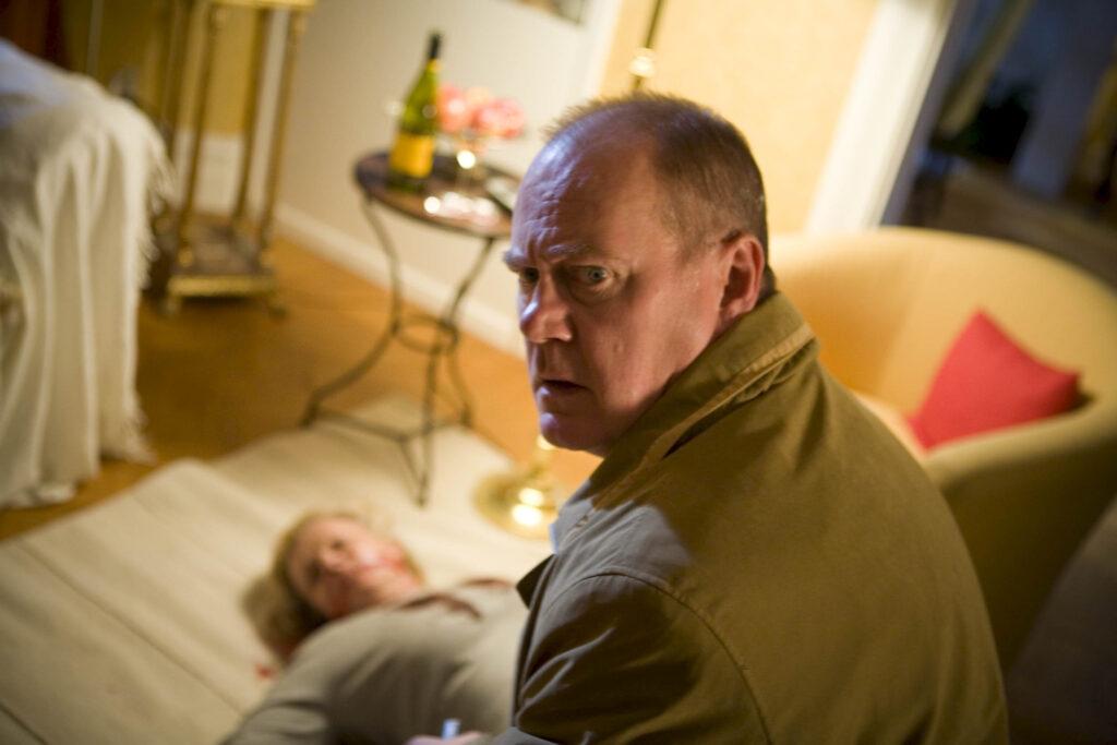 Kommissar Beck (Peter Haber) findet die Leiche seiner Vorgesetzen Margareta Oberg (Marie Göranzon).