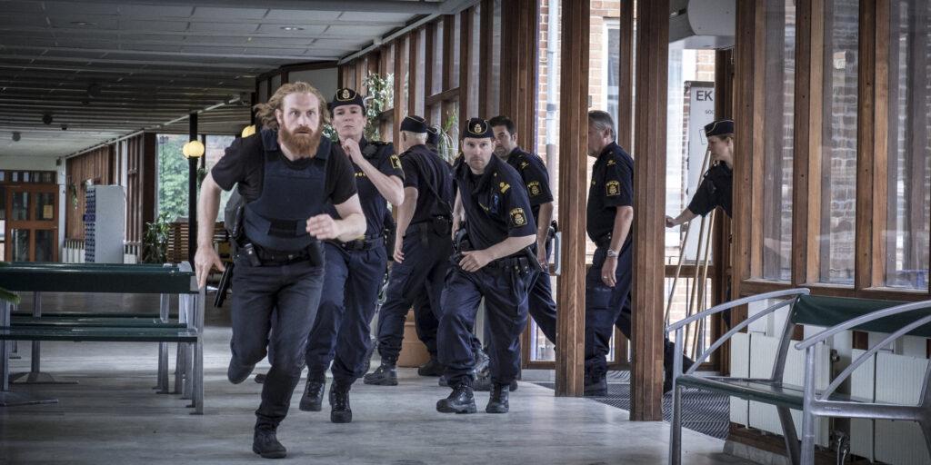 Die Polizei unter der Leitung von Kommissar Steinar Hovland (Kristofer Hivju, l.) erstürmt eine Schule.